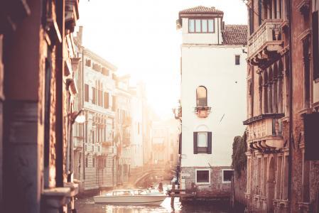 在威尼斯,意大利的街道运河日落