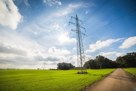 电力线电力塔下的路