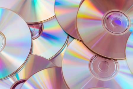 一堆CD光盘和DVD