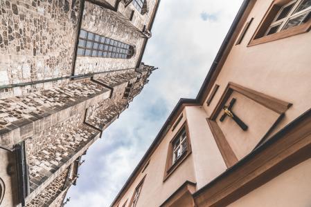 老教会和城堡反对多云天空