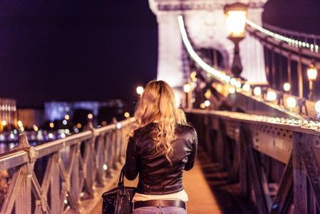 在布达佩斯链桥上的金发女孩