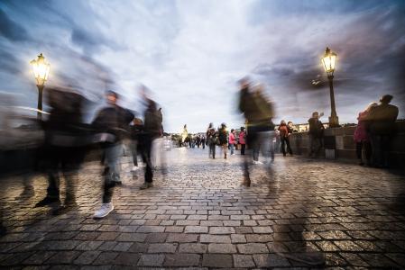 查理大桥上的混沌人在布拉格
