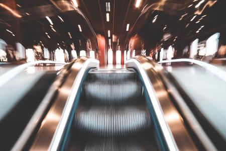 快速自动扶梯和抽象灯