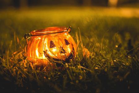 万圣节蜡烛台在晚上草