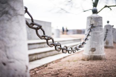 历史纪念碑附近的铁链子