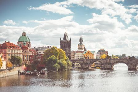 查理大桥和晴朗的布拉格的伏尔塔瓦河河