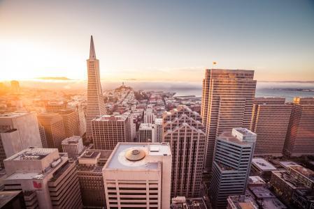 在旧金山摩天大楼的日落