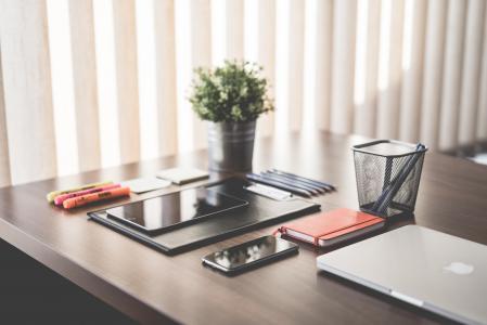 简单的简约家庭办公室用设备在木桌上