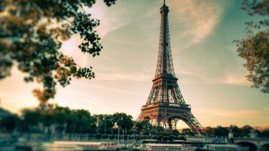 眺望浪漫的埃菲尔铁塔