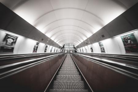对称公共交通网络地下自动扶梯