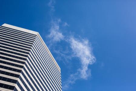 从下面清洗摩天大楼视图反对蓝天