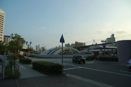 在黄昏前在神户站前免费拍摄照片