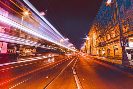 繁忙的城市街道在晚上