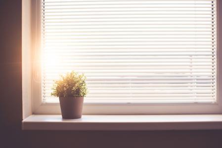 阳光透过窗户照耀着阳光