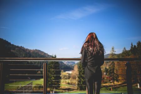 看风景自然的女孩