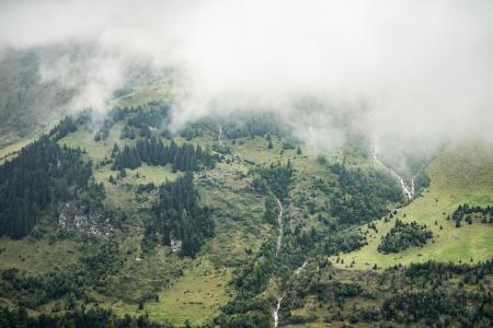 在雾下的未触动的山自然