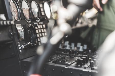 军队直升机驾驶舱仪表板