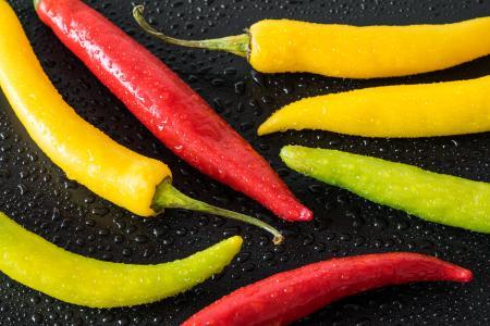 红色,黄色和绿色五颜六色的辣椒