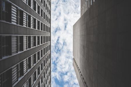 两座摩天大楼大厦之间的多云天空