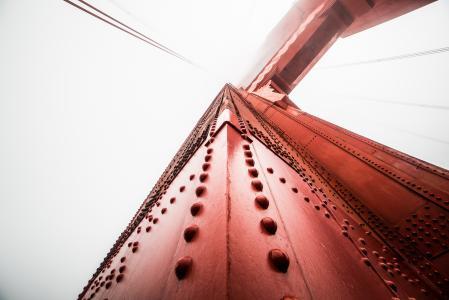 反对有雾的天空的金门大桥柱子