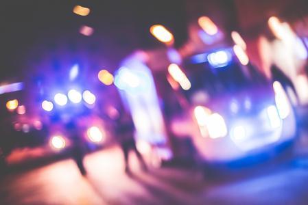 在晚上模糊的紧急汽车