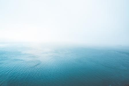 在雾的蓝色不尽的海洋