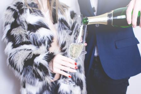 倒杯香槟的人