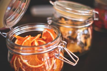 干的橘子在一个旧的罐子里
