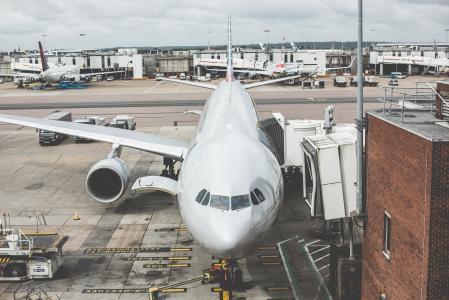 飞机在机场等待出发