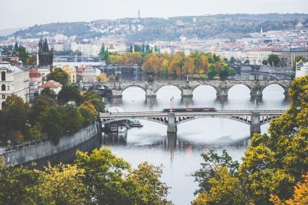 老布拉格桥梁在秋天早晨