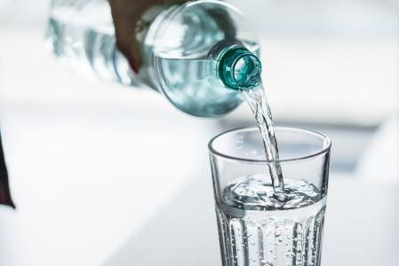 将PET瓶中的水倒入玻璃杯中