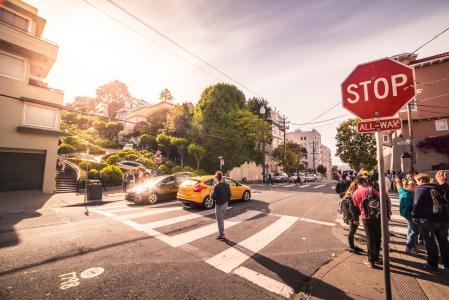旧金山十字路口在伦巴第街的尽头