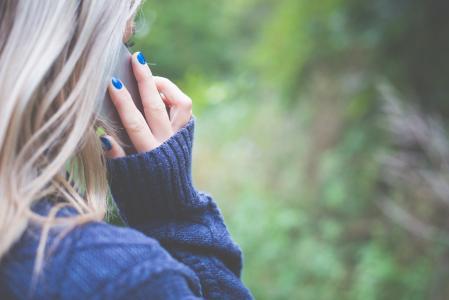 女人打电话与她的电话
