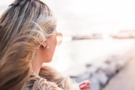 迷人的女人,卷曲的头发和太阳镜