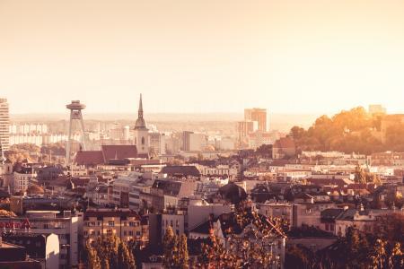 布拉迪斯拉发,斯洛伐克和着名的不明飞行物塔的日落