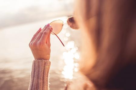 通过太阳镜看海的女孩