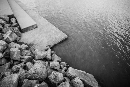 与岩石的湖岸