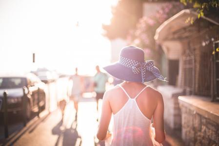 有太阳的帽子的美丽的女孩