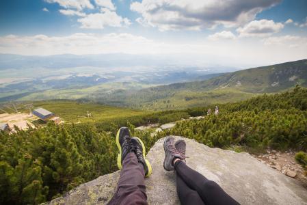 放松在山徒步旅行以后的夫妇