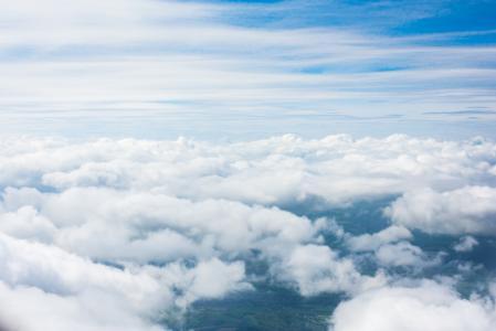 从飞机窗口的云彩