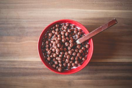 巧克力麦片球早餐