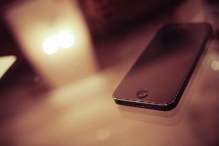 在玻璃桌上的iPhone 5