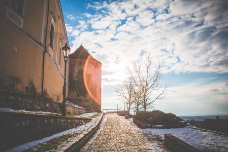 在一座古老的城堡的日落