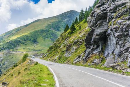 沿罗马尼亚山脉和岩石的漫长的路