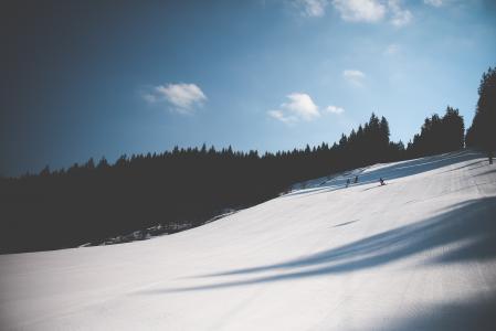 滑雪坡和惊人的天空