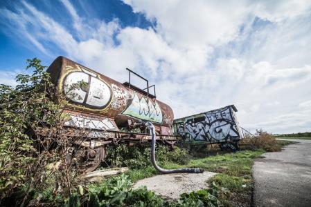 与涂鸦艺术独自在领域的生锈的无盖货车