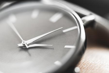 在腕子的经典简约的手表关闭