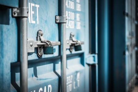 蓝色海运集装箱门关闭
