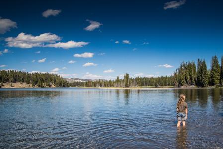 小孩在美国湖