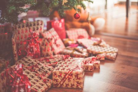 圣诞礼物在树下